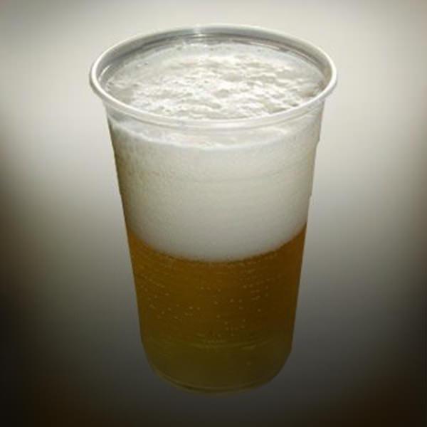 cerveja em copo plastico