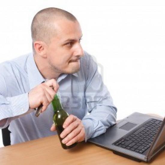 Empresas estão adotando a prática de levar o happy hour para dentro do escritório, permitindo que seus funcionários bebam cerveja durante o expediente