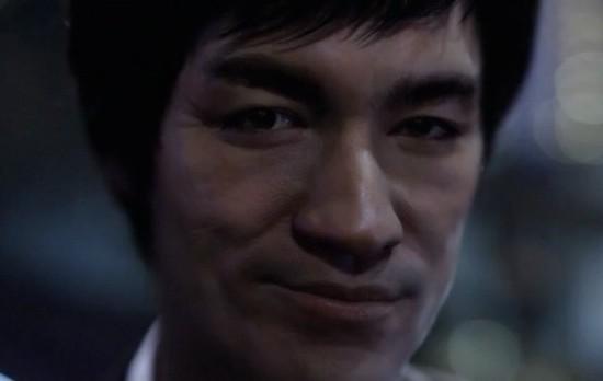 A famosa empresa de whisky Johnnie Walker lançou recentemente um comercial onde mostra o mestre Bruce Lee como se estivesse vivo nos dias de hoje em um prédio de Hong Kong.