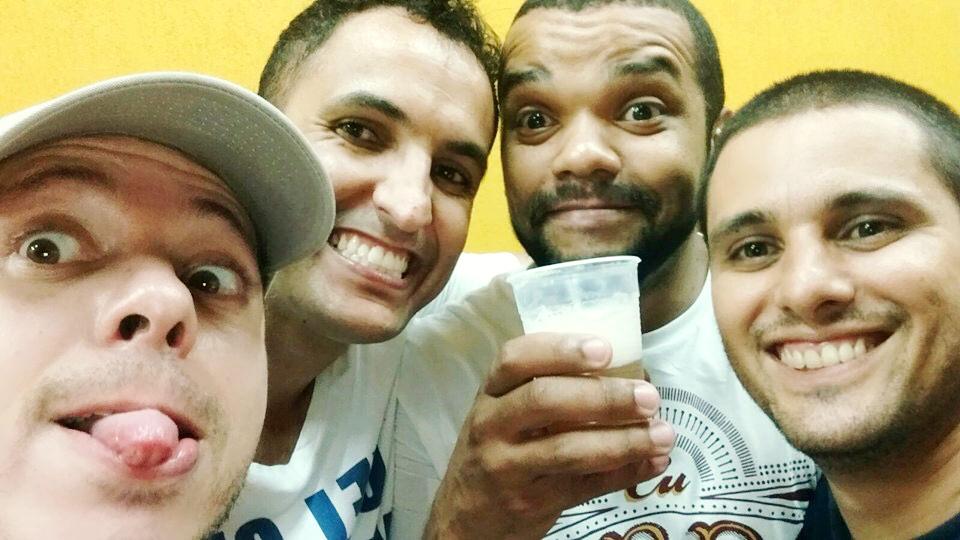 homens bebendo